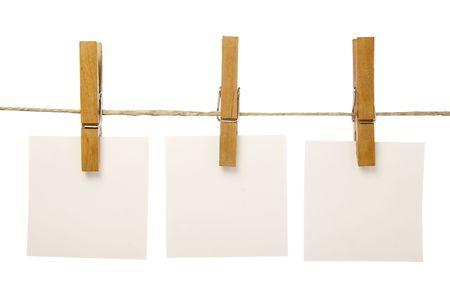 speld: close-up van postit herinneringen en was knijpers gekoppeld aan een touw op witte achtergrond