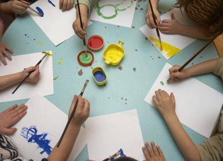 hand schilderen: kleine kinderen schilderen tijdens de kunst-klasse
