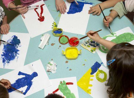 paper craft: los ni�os peque�os durante la clase de arte de pintura