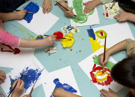 enfants peinture: petits enfants peinture au cours de la classe d'art
