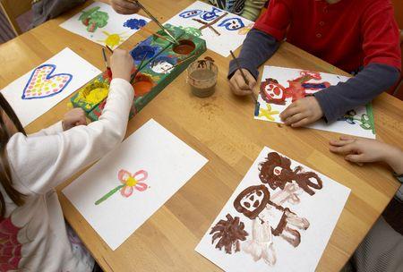 ni�os con l�pices: ni�os peque�os pintura durante la clase de arte