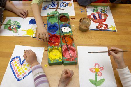 enfants peinture: des petits enfants au cours de la peinture d'art de classe Banque d'images