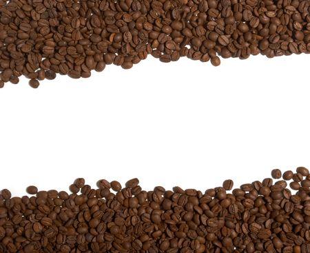 granos de cafe: cerca de los granos de caf� sobre fondo blanco