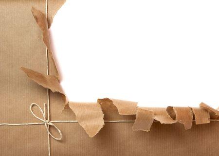 paper packing: cerca de paquete arrancado en el fondo blanco Foto de archivo