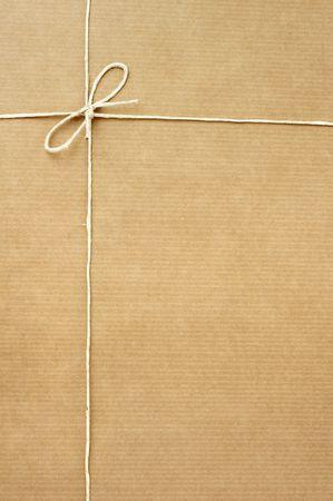carton: close-up van de kartonnen doos post pakket op witte achtergrond