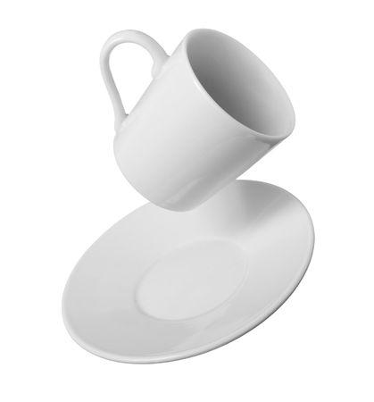 platillo volador: de cerca de la taza de caf� cayendo sobre fondo blanco Foto de archivo