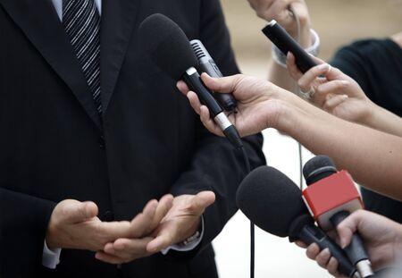 reportero: Close up de los micr�fonos de la reuni�n de la Conferencia y hombre de negocios