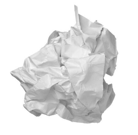 close-up van de bal van papier op witte achtergrond met uitknippad