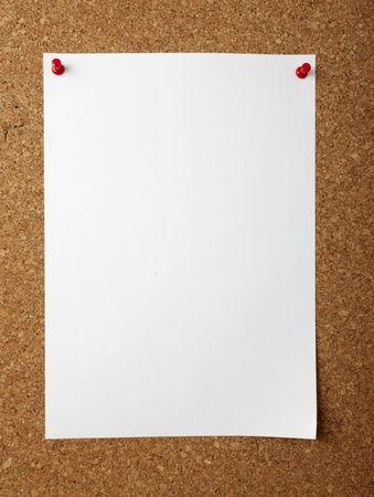 leeg bord: notitie papier met push-pins aan boord van kurk