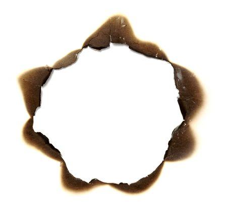 quemadura: Close up of agujero de papel quemado sobre fondo blanco