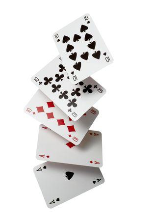 cartas de poker: Close up of cayendo jugar a tarjetas de juego de p�quer en fondo blanco con trazado de recorte