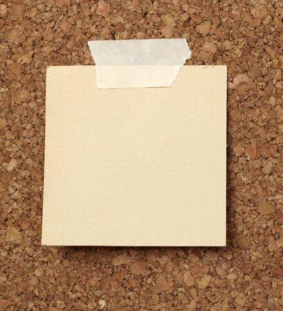 Close-up van notitie papier op cork board