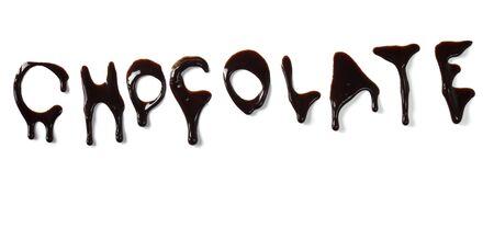 syrup: Close up cartas de jarabe de chocolate fugas sobre fondo blanco