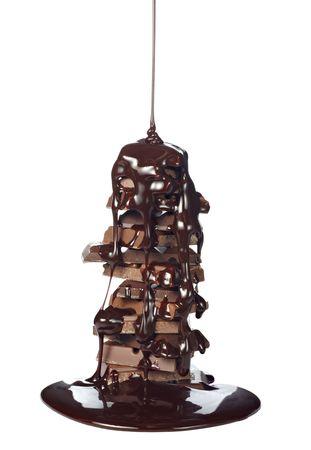 jarabe: jarabe de chocolate fugas en la pila de bloques de chocolate sobre fondo blanco con trazado de recorte  Foto de archivo