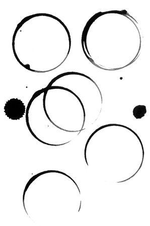 manchas de cafe: Close up de marcas de cristal de Copa o vino de caf� con el sobre fondo blanco