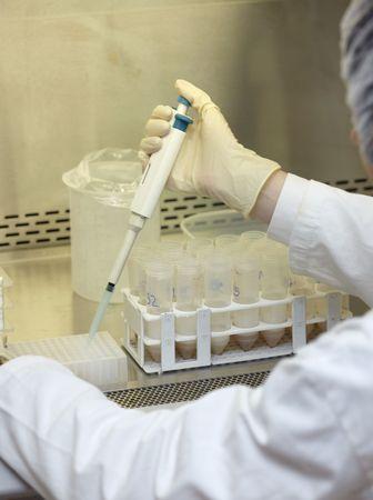 specimen testing: Close up de trabajador m�dico en laboratorio