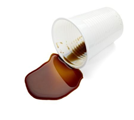 envases plasticos: Close up de caf� derramado sobre fondo blanco  Foto de archivo