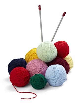 Nahaufnahme von Wolle knitting auf weißem Hintergrund  Standard-Bild - 7451953