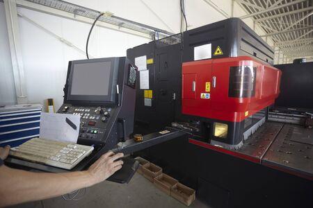 corte laser: m�quina de corte l�ser en la producci�n de la f�brica industrial