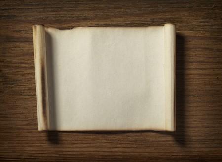 merken: Nahaufnahme von Grunge-Briefpapier auf hölzernen Hintergrund