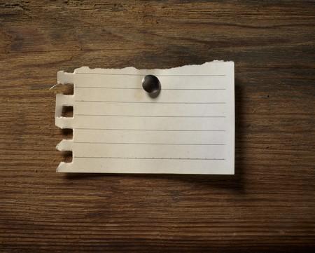 close up Grunge Note Papier auf hölzernen Hintergrund