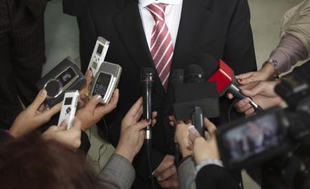 reporter: pr?de microphones de r?ion de la conf?nce et homme d'affaires Banque d'images