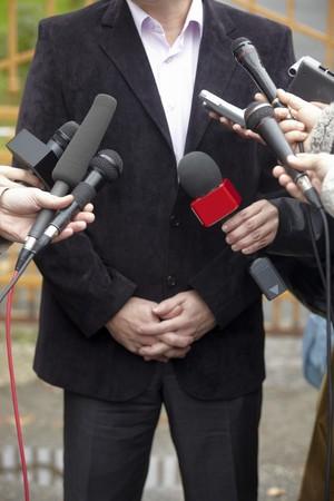 close-up van de conferentie bijeenkomst microfoons en zaken man