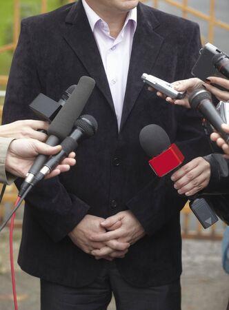 reporter: pr?s de microphones de r?union de la conf?rence et homme d'affaires