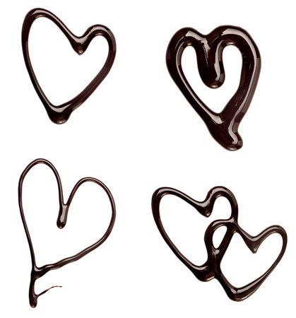 syrup: colecci�n de formas de coraz�n de jarabe de chocolate sobre fondo blanco. cada uno recibe un disparo por separado