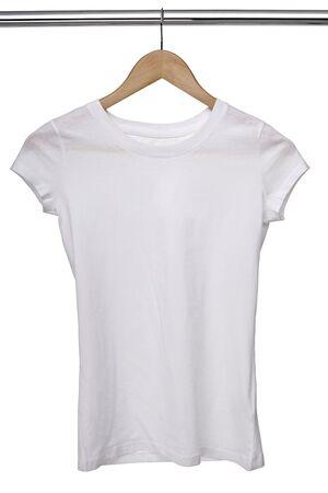 ropa colgada: detalle de una camisa blanca t sobre tela perchas en fila