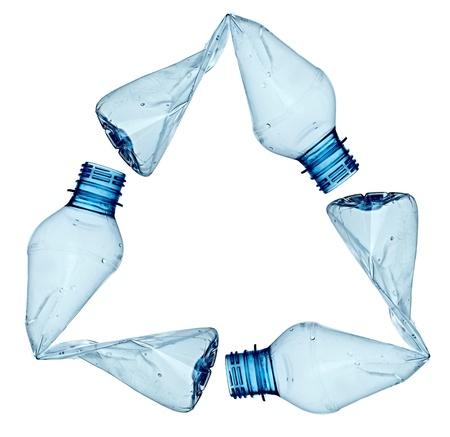 plastico pet: cerca de una botella de plástica usada vacía sobre fondo blanco  Foto de archivo