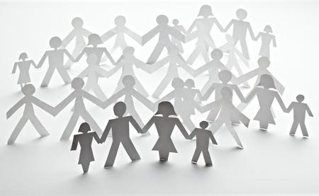 apoyo familiar: detalle de la cadena de personas de papel cortadas sobre fondo blanco