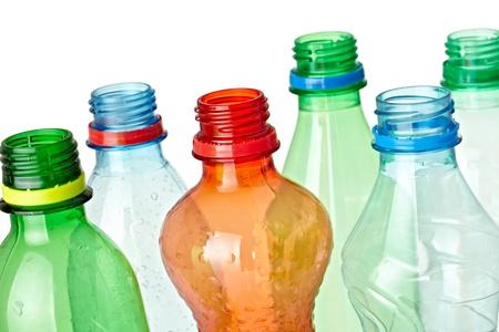 cerca de botellas de plástico usadas en fondo blanco con trazado de recorte