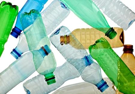 plastico pet: cerca de botellas vacías de plásticos usadas en fondo blanco con trazado de recorte