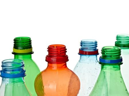 plastico pet: cerca de botellas de plástico usadas en fondo blanco Foto de archivo