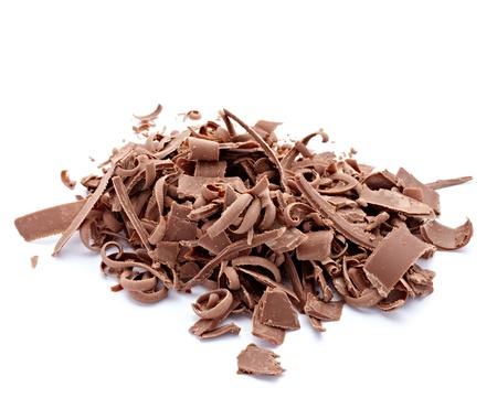 miettes: gros plan des morceaux de chocolat sur fond blanc