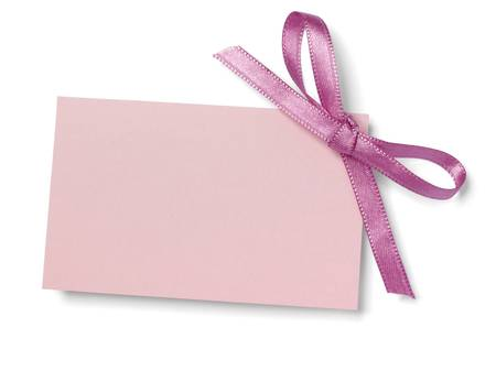 lazo rosa: cerca de nota de tarjeta con cinta sobre fondo blanco