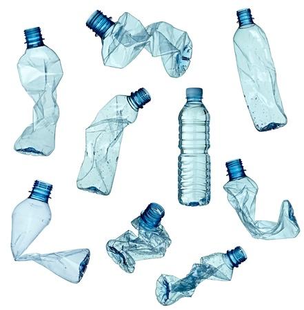 plastico pet: colección de varias botellas de plástico vacías