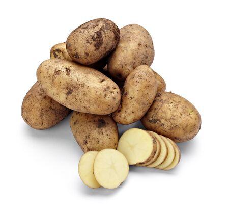 primo piano di una patata su sfondo bianco con un tracciato di ritaglio