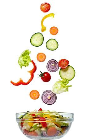 ensalada verde: cerca de verduras sobre fondo blanco