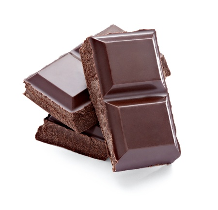 casse-cro�te: gros plan des morceaux de chocolat sur fond blanc