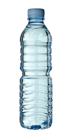 plastico pet: cerca de una botella vacía de plástica usada en fondo blanco con trazado de recorte