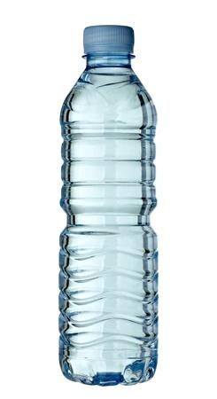 kunststof fles: Close up van een lege gebruikte plastic fles op witte achtergrond met uitknippad