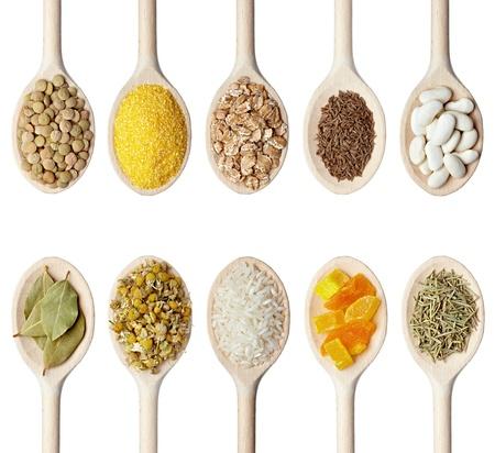 lenteja: colecci�n de varios ingredientes de alimentos en la cuchara de madera sobre fondo blanco. cada uno es disparado por separado