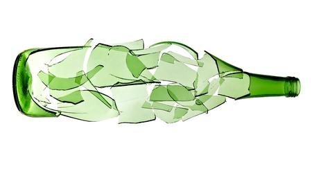 pigiatura: primo piano di una bottiglia rotta verde su sfondo bianco con un tracciato di ritaglio