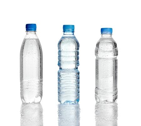 plastico pet: close up de botellas de plástico de agua sobre fondo blanco.