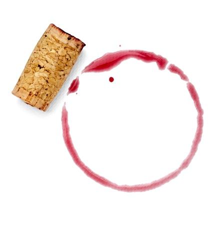 클리핑 패스와 함께 흰색 배경에 와인 얼룩 및 코르크 따개의 닫습니다