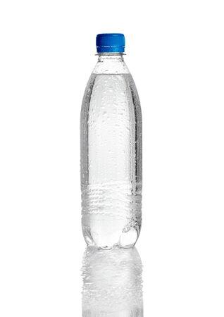 plastico pet: cerca de la botella pl?stica de agua en el fondo blanco
