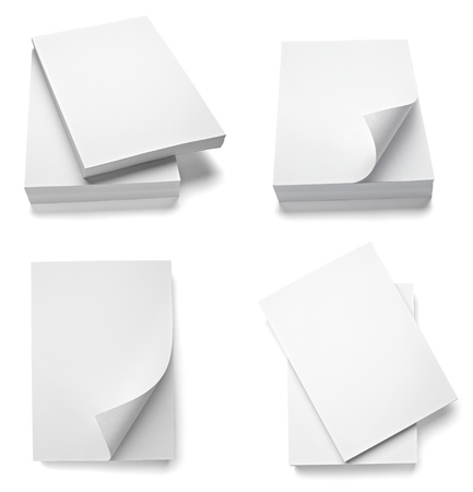 verzameling van verschillende stapels papier op een witte achtergrond. elk afzonderlijk wordt neergeschoten