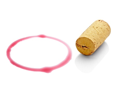 cork: cerca de un vino manchas y abridor sobre fondo blanco con trazado de recorte de corcho Foto de archivo
